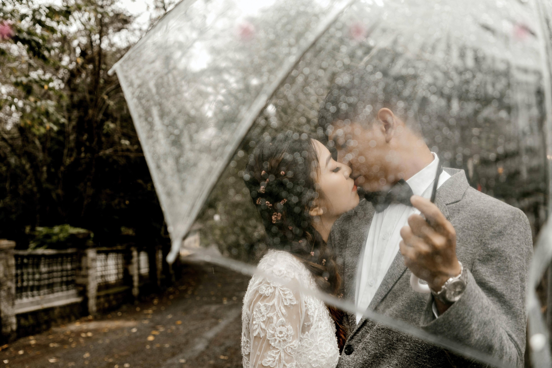 Use umbrellas in rain photography
